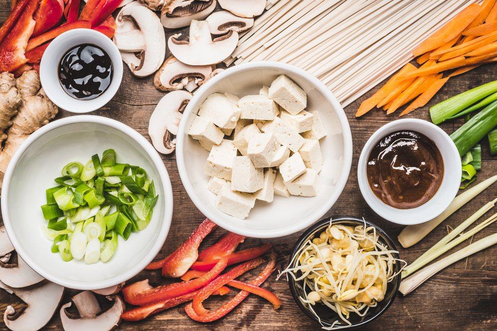 若高齡者常飽脹感沒胃口,建議每餐份量六至八分飽,另準備一些水果、牛奶等小點心來補...