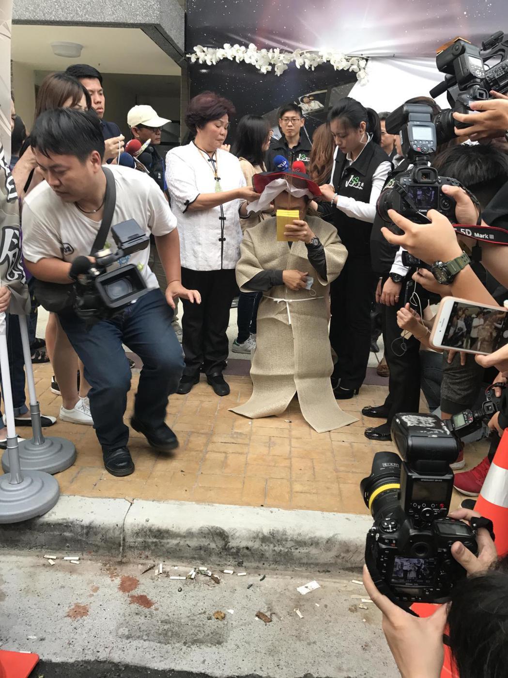 謝順福在5:30突然走到馬路邊穿上孝服跪地膜拜,引起媒體騷動。記者葉君遠攝影 葉...