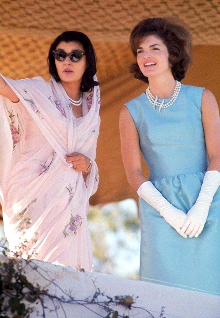 賈桂琳甘迺迪穿著天藍色洋裝出訪印度。圖/摘自Pinterest