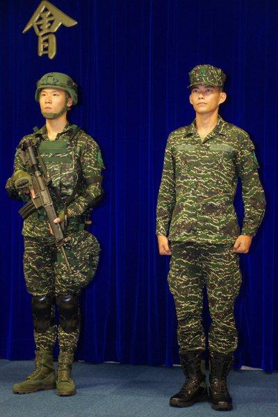 陸戰隊新款虎斑迷彩野戰服,下襬由紮入腰間,改為放出。(記者程嘉文/攝影) 程嘉文