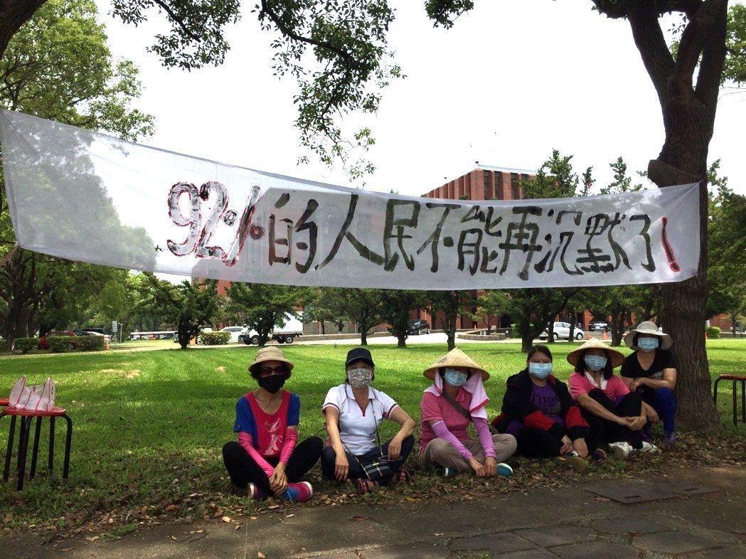新竹縣民發起靜坐活動,要求讓手上有四房以上的民眾多繳一點房屋稅。 圖/本報資料照