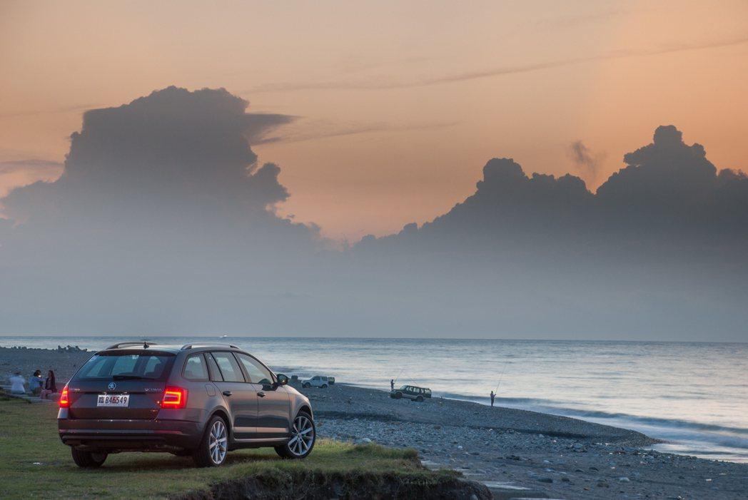 New Octavia與被擋在雲後的日出。圖/記者林昱丞攝影