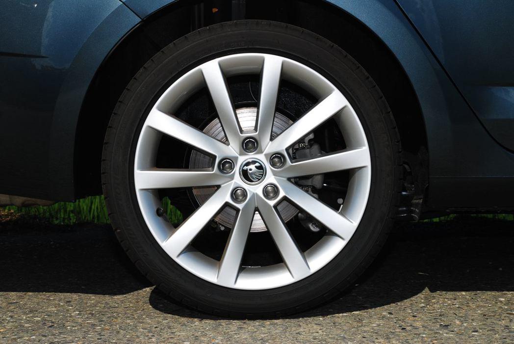 18吋輪圈要選配,不過前百名車主可免費獲得它。圖/記者林昱丞攝影