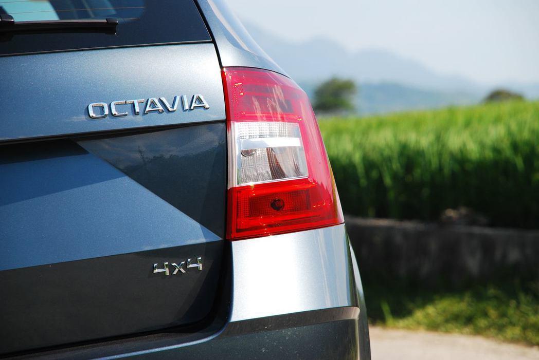 LED尾燈,4x4的銘牌顯示著這輛車有全時四輪傳動系統。圖/記者林昱丞攝影
