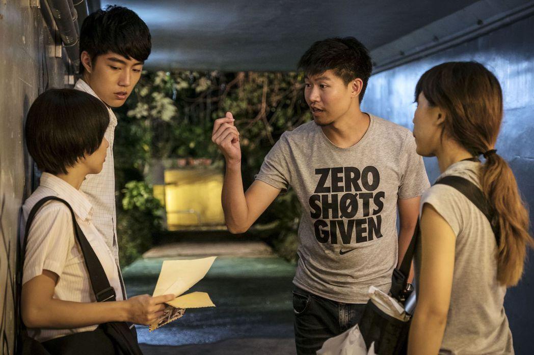 「通靈少女」導演陳和榆(右二)指導郭書瑤、蔡凡熙演出。圖/HBO提供
