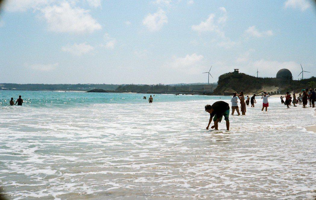 墾丁的沙灘和遊客。圖/網友提供