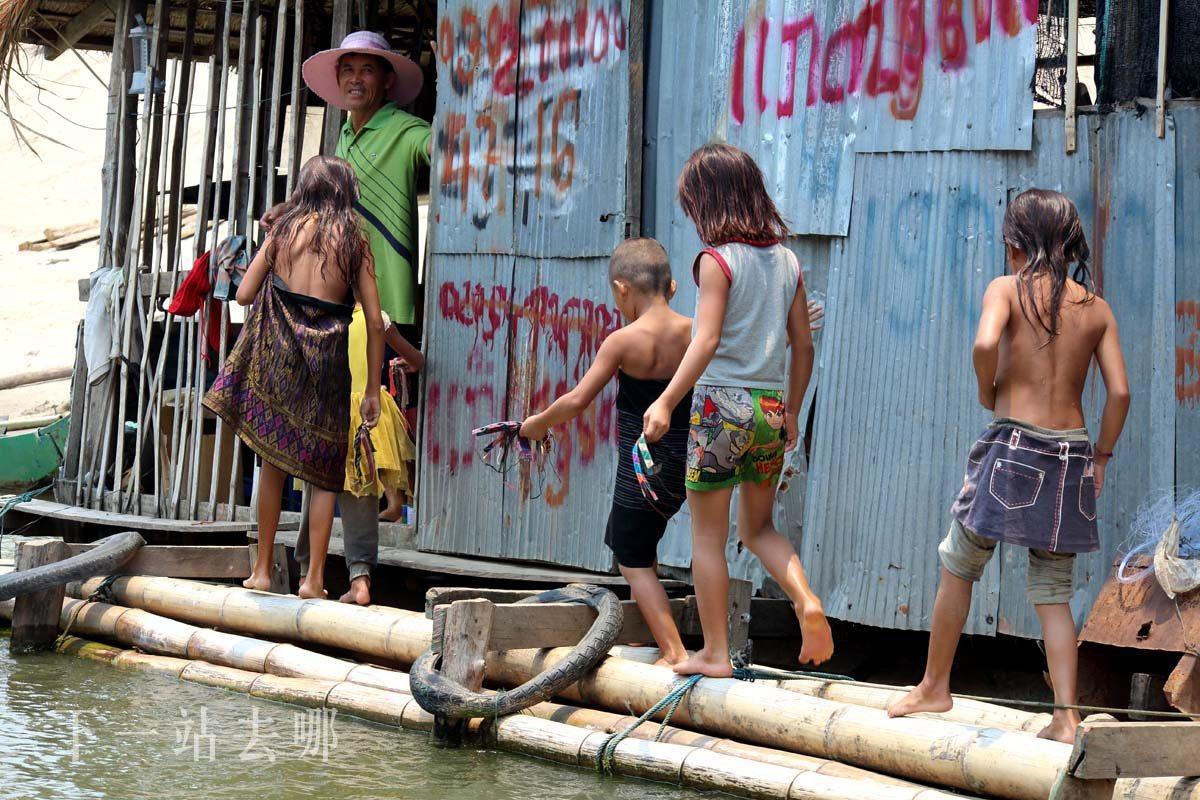 河岸邊的孩子。