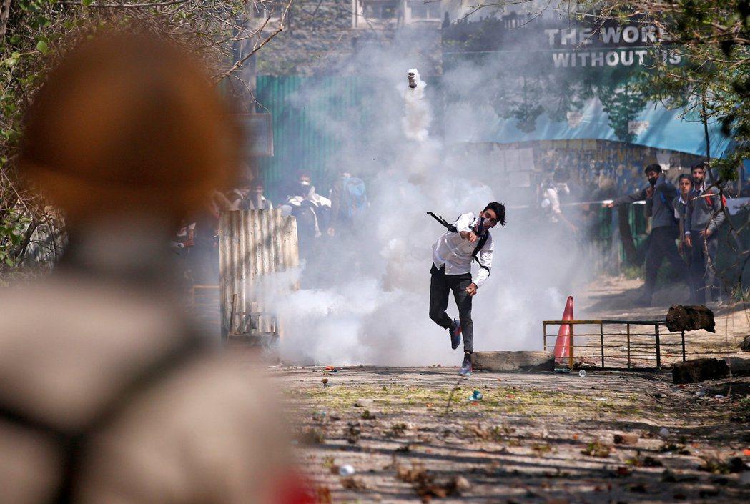 四月初的議會補選由於抗議引起傷亡,選舉受到抵制,因而延至五月底,許多學生因而走上...