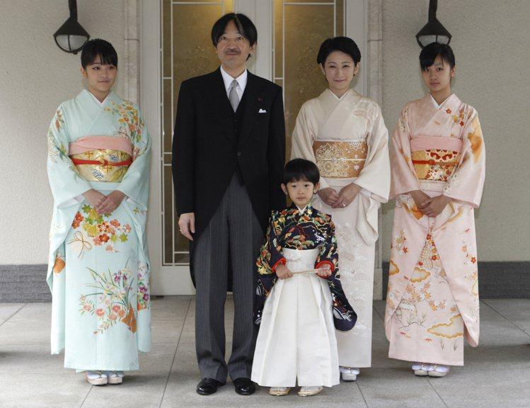 真子公主(左)是二皇子秋篠宮文仁(左二)的長女,妹妹是佳子公主(右一),弟弟是悠...