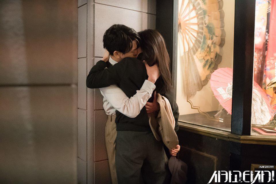 林秀晶壁咚劉亞仁,網友看了臉紅心跳! 圖/擷自시카고 타자기 FB。