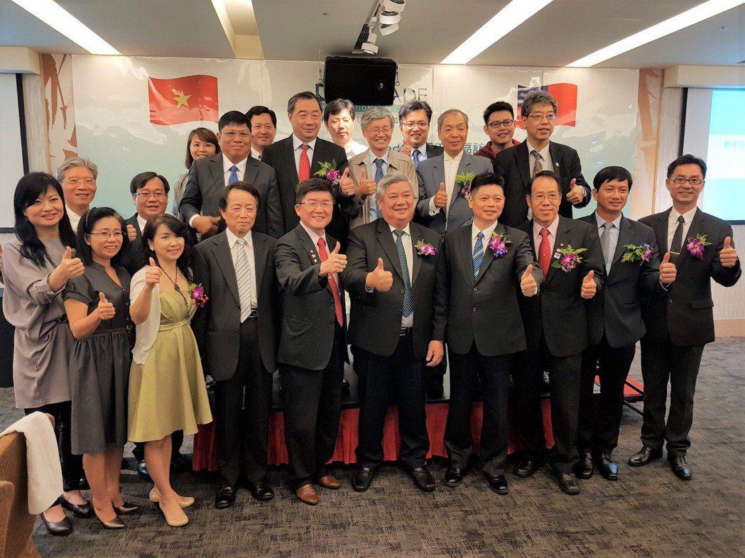 越南平陽省副省長鄧明興(右五)與全體佳賓合影留念。  寶翠集團/提供