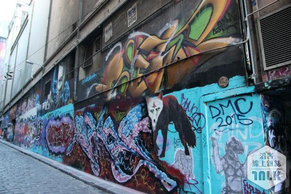 塗鴉街特有的藝術作品。