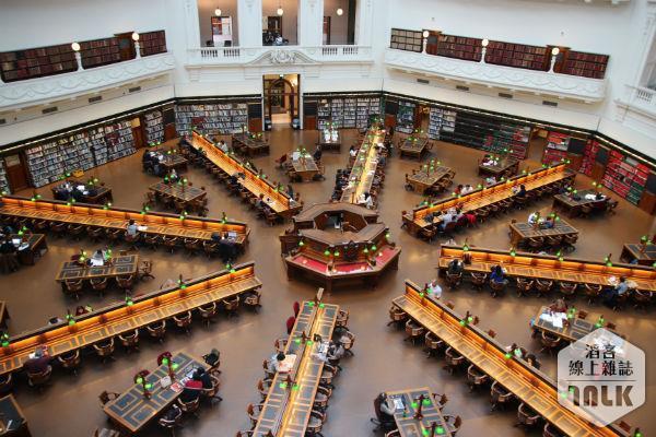 從樓層上俯瞰維多莉亞閱讀區。