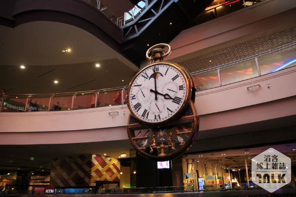 中央商場巨大掛鐘為此特色之一。