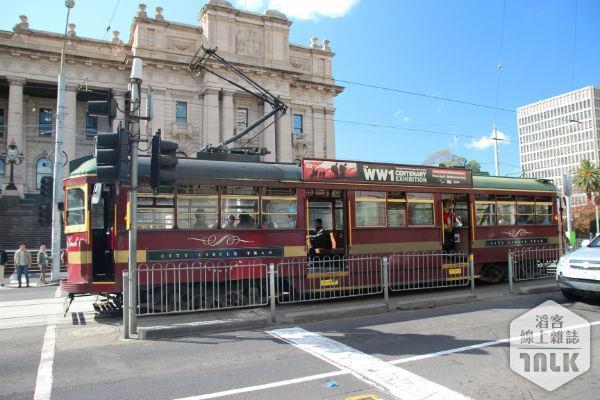 在墨爾本可搭乘環遊市區的電車欣賞城市的美景。