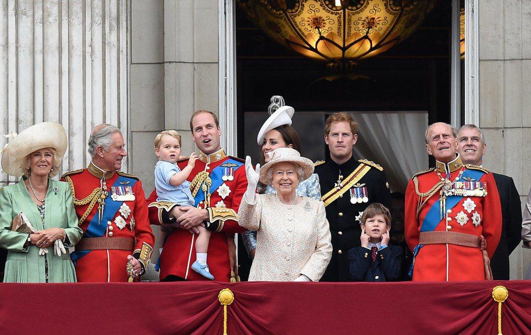 英國王室成員於2015年出席皇家軍隊閱兵儀式,揮手致意。從左至右為康瓦爾公爵夫人...