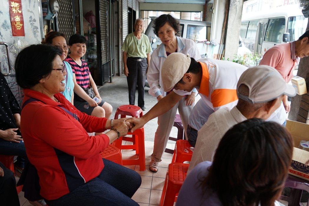 新竹縣議員周江杰(白衣)昨天向支持的竹東鎮民鞠躬表達歉意。 記者陳妍霖/攝影