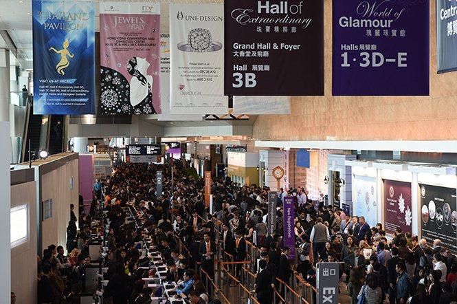 展覽現場擠滿了人潮,可見此展的強大吸引力。
