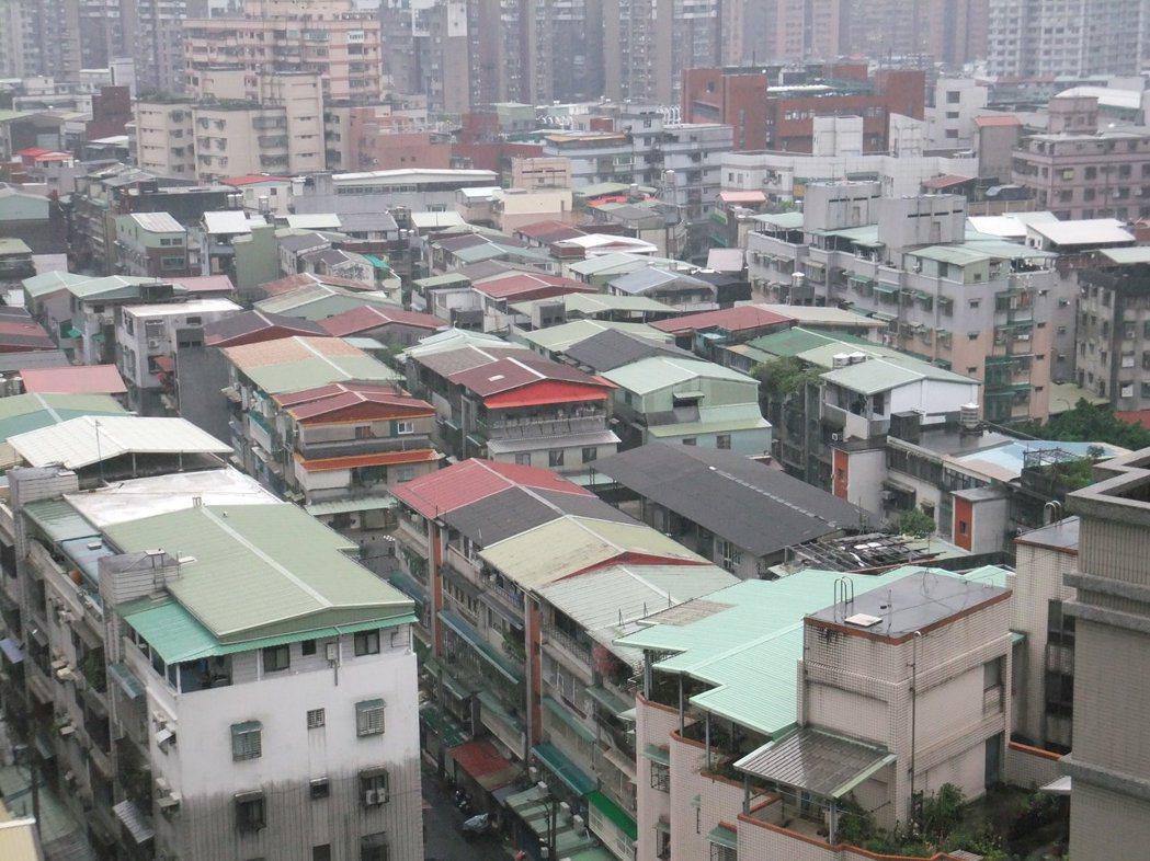 房仲業統計北市各行政區公寓價格,仍跌多漲少。記者游智文/攝影