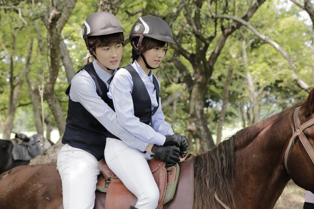 張捷(左)保護孟耿如小心騎馬。圖/東森提供