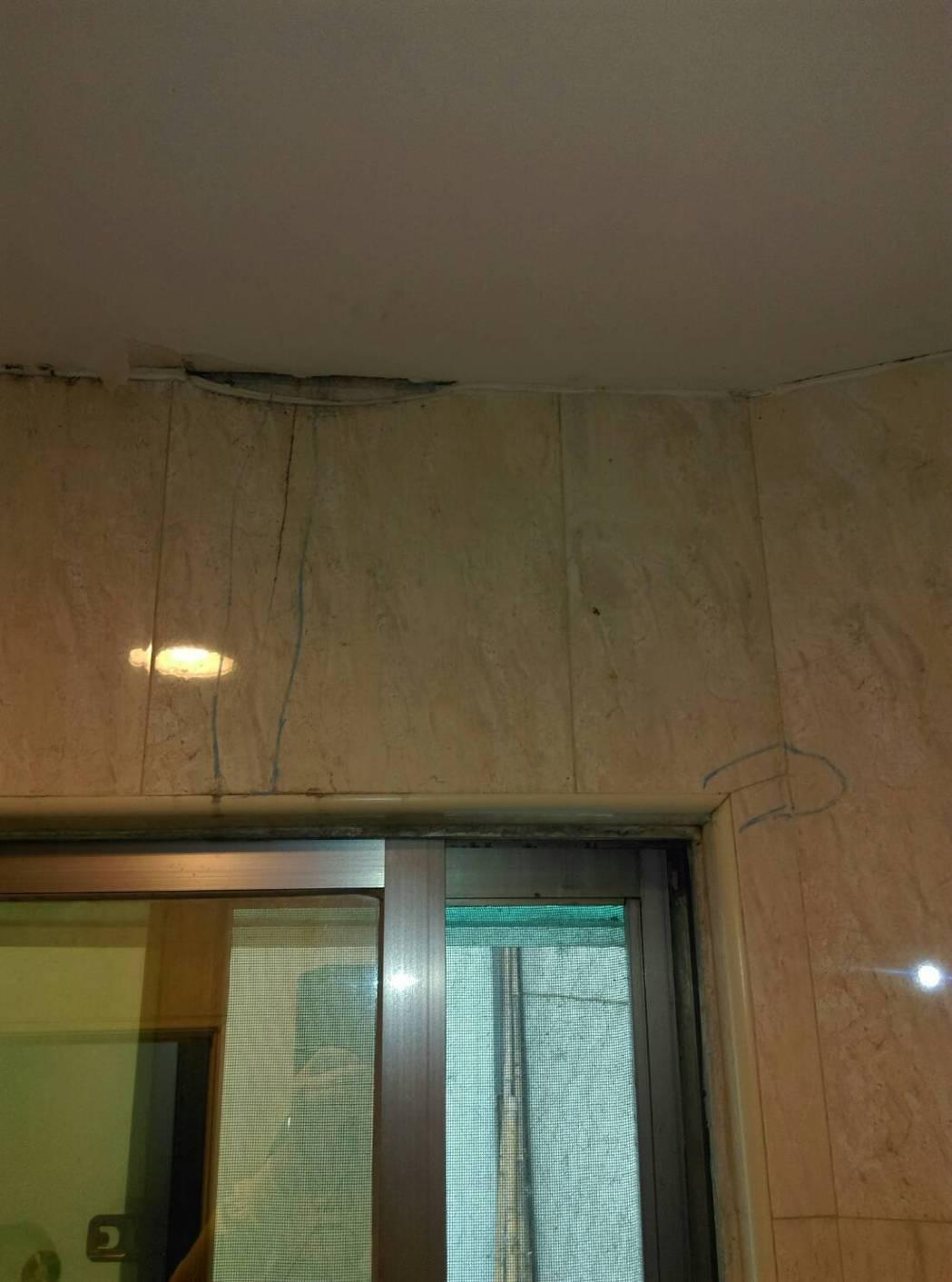 南市永康區建商興建十層高的大樓,卻因施工影響附近住戶房屋地層下陷、房屋牆面龜裂漏...