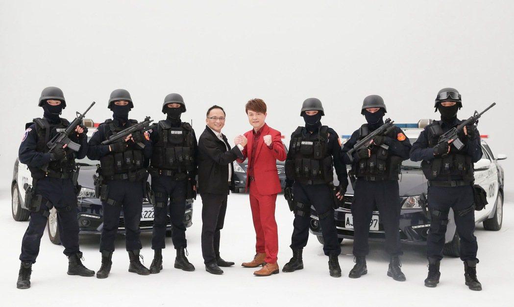 翁立友(紅衣)新歌「我做你的靠山」有真警察當靠山,找來孔鏘製作。圖/豪記唱片提供