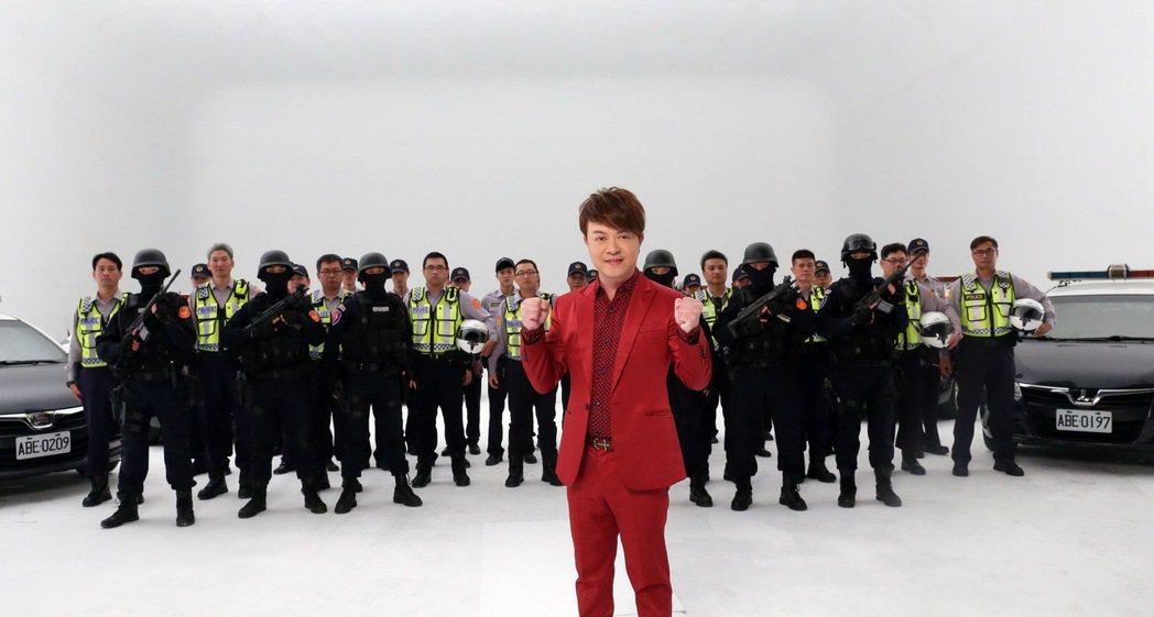 翁立友新歌「我做你的靠山」有真警察當靠山。圖/豪記唱片提供