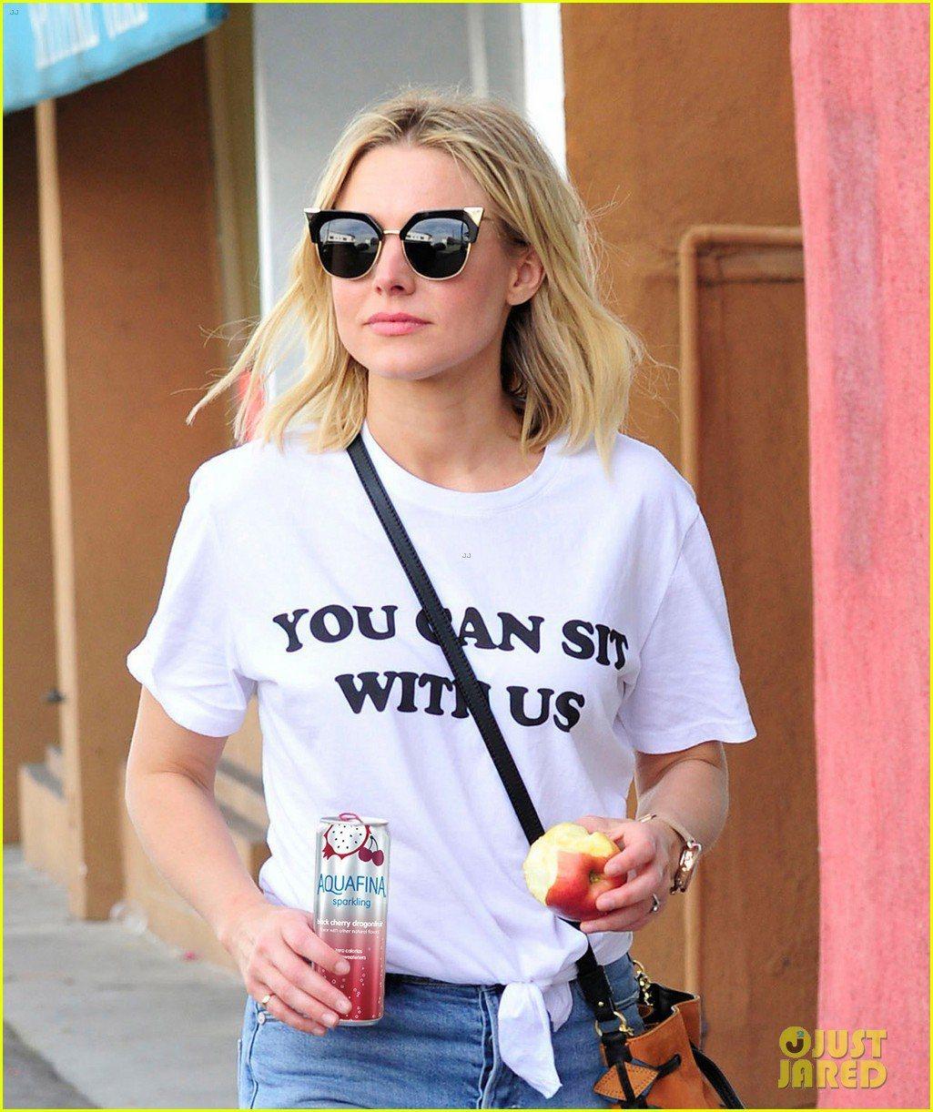 女星克莉絲汀貝爾近日穿著一身白T出門,T恤上寫著惡搞版的電影「辣妹過招」經典台詞