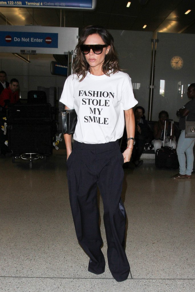 以臭臉出名的貝嫂維多利亞也曾穿著自己同名品牌出品的「時尚偷走我的笑容 Fashi...