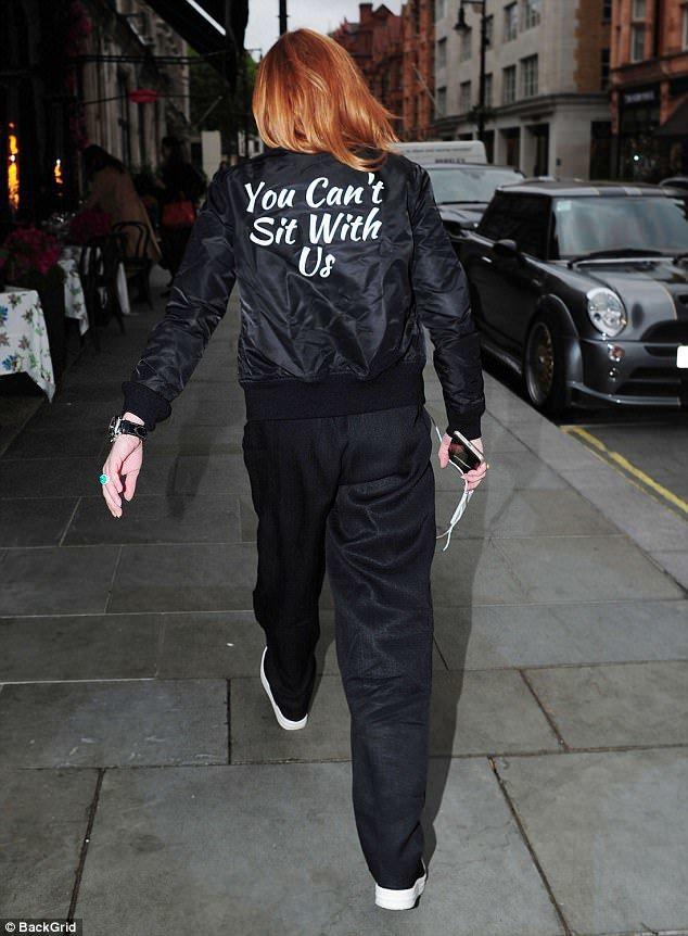 「辣妹過招」中的主角琳賽蘿涵日前才穿上一件背後印著「你不可以跟我們坐 You c...
