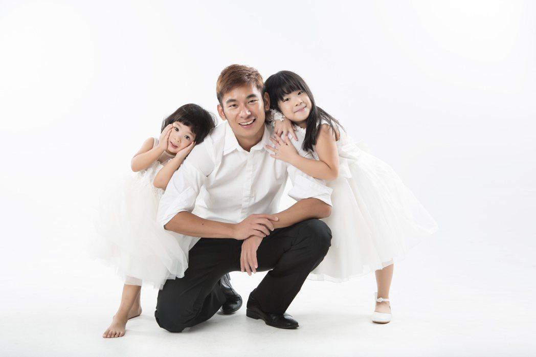 亮哲與兩個女兒。圖/尼可儷影工作室提供
