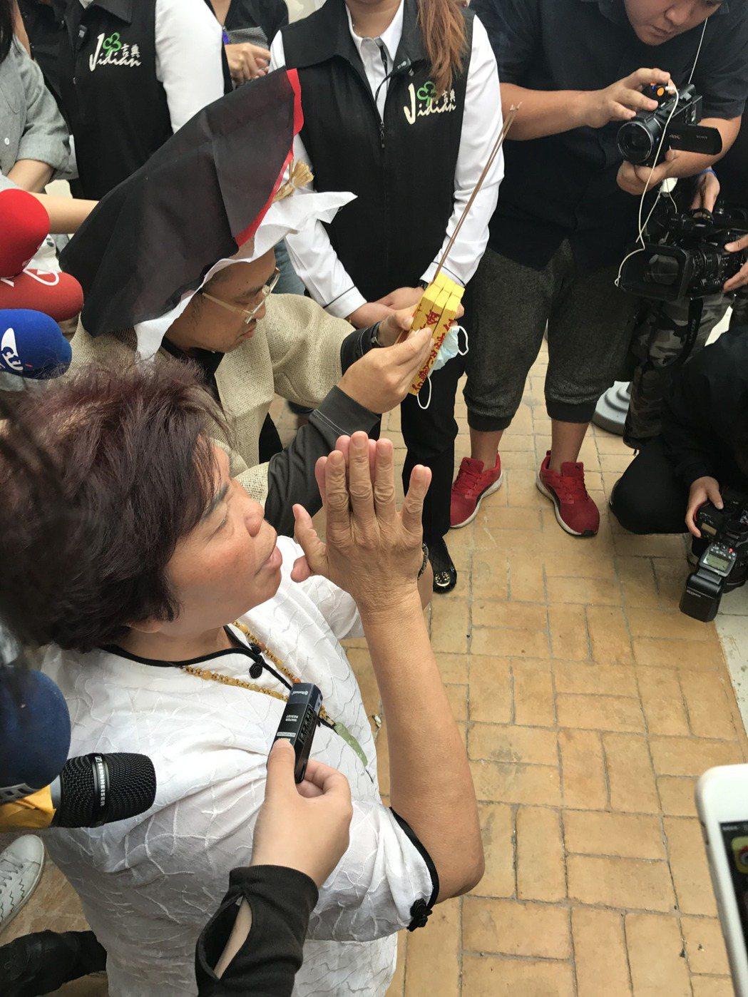 謝順福在5:30突然走到馬路邊穿上孝服跪地膜拜,引起媒體騷動。記者葉君遠攝影
