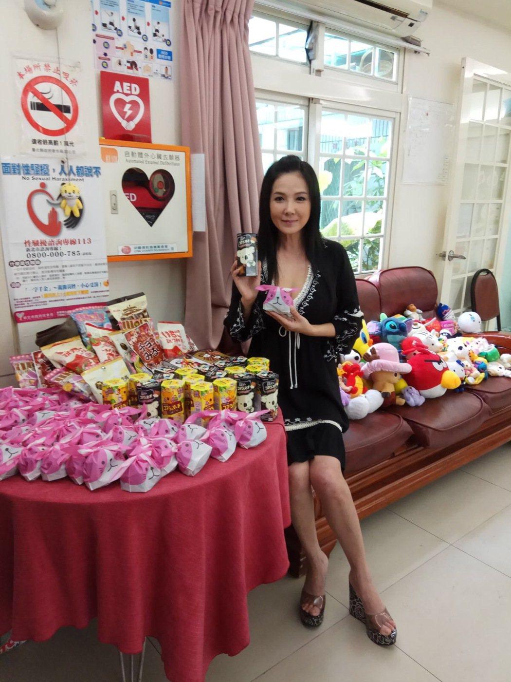 丁國琳很有愛心,親手做餅乾也送玩具給育幼院童。圖/昇華娛樂提供