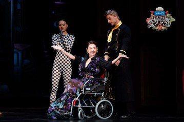 小S今(17日)出席愛奇藝「姐姐好餓」第二季北京開播記者會,她在記者會前不慎摔傷,只能坐輪椅進場,她不改搞笑風格,自誇「我坐輪椅還是很漂亮吧,我封自己是華人圈坐輪椅最美的女明星。」姊姊大S和姊夫汪小...