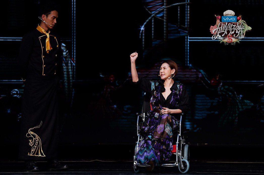 小S(右)坐輪椅出席「姐姐好餓」第二季開播記者會。圖/愛奇藝提供