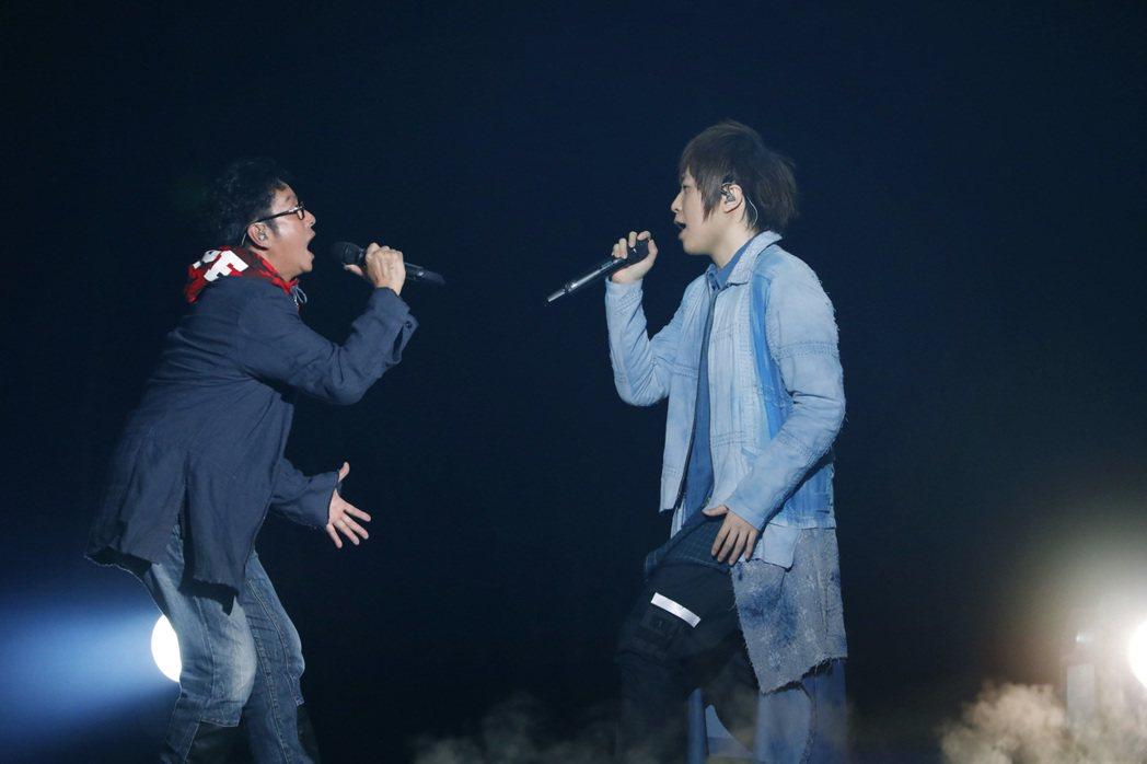 阿信(右)與譚詠麟合唱。圖/相信音樂提供