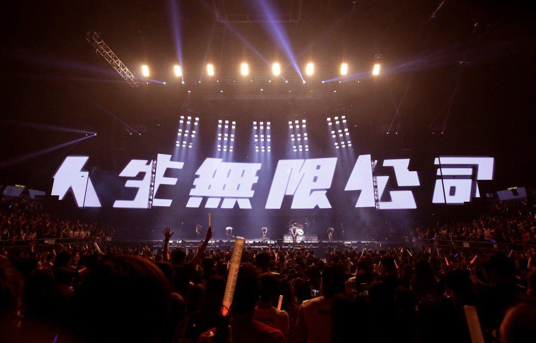 五月天的「人生無限公司」香港站持續上演中。圖/相信音樂提供