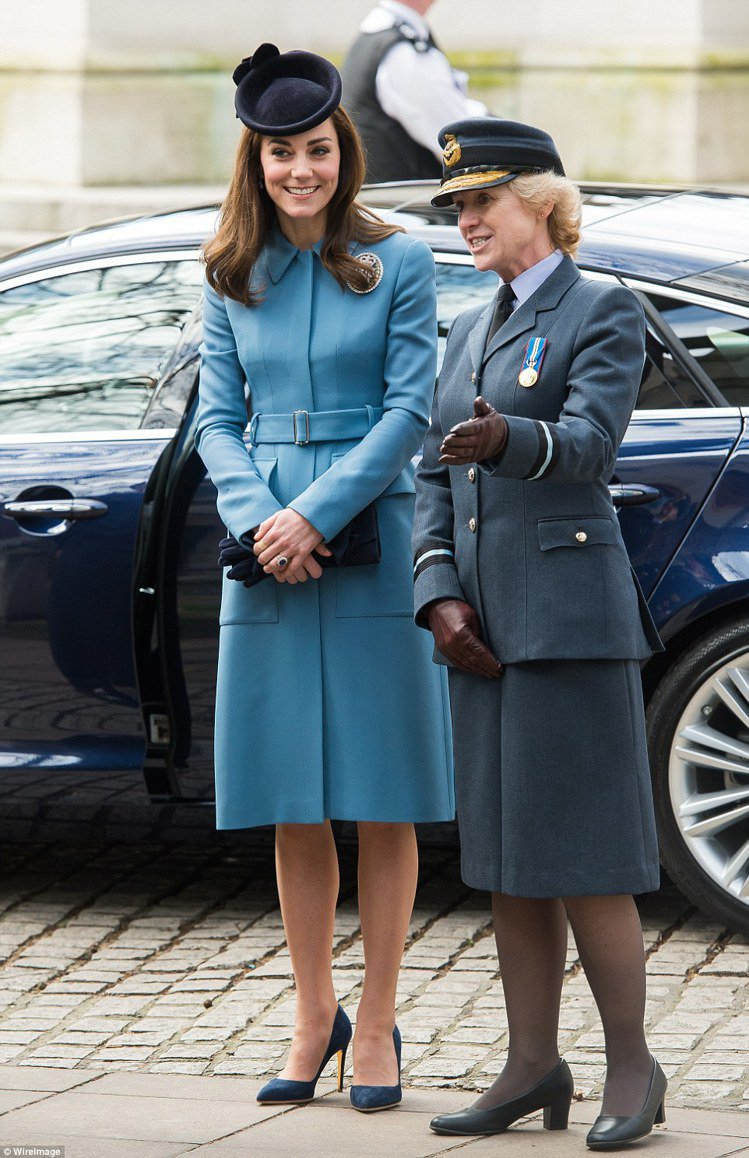 凱特密道頓以Alexander McQueen藍色套裝出席多場活動。圖/摘自英國...