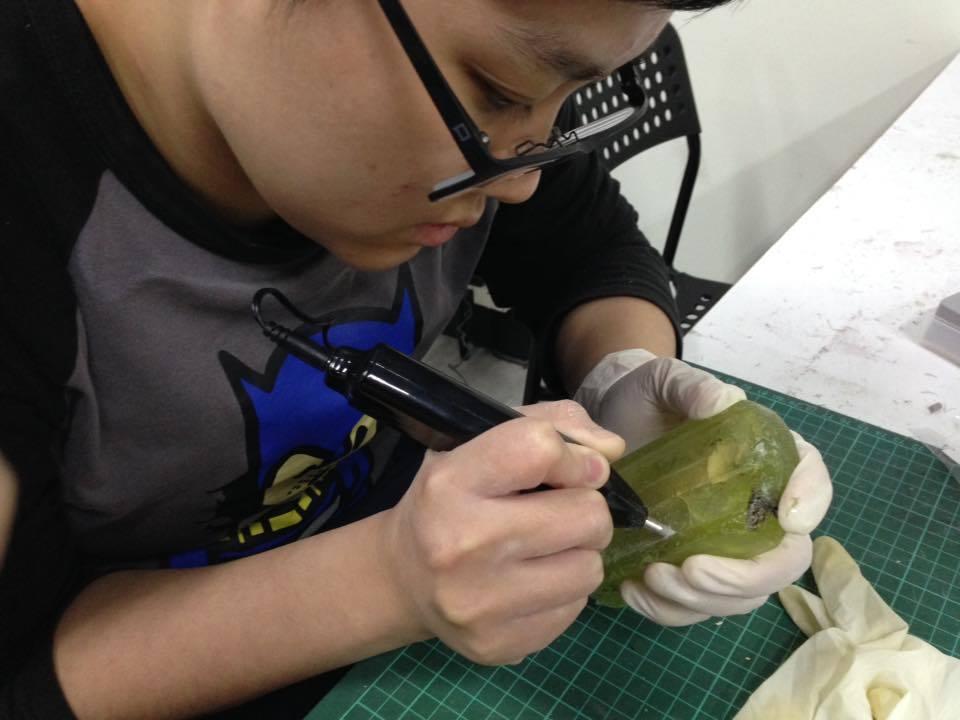 台藝大學生將樹酯調和顏色後,做成仿真的冰棒模型。圖/100%純汙水製冰所提供