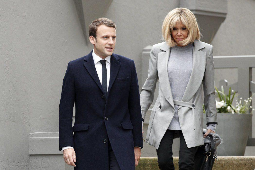 法國總統大選日,布莉姬也選擇穿LV淺灰色外套。(歐新社)