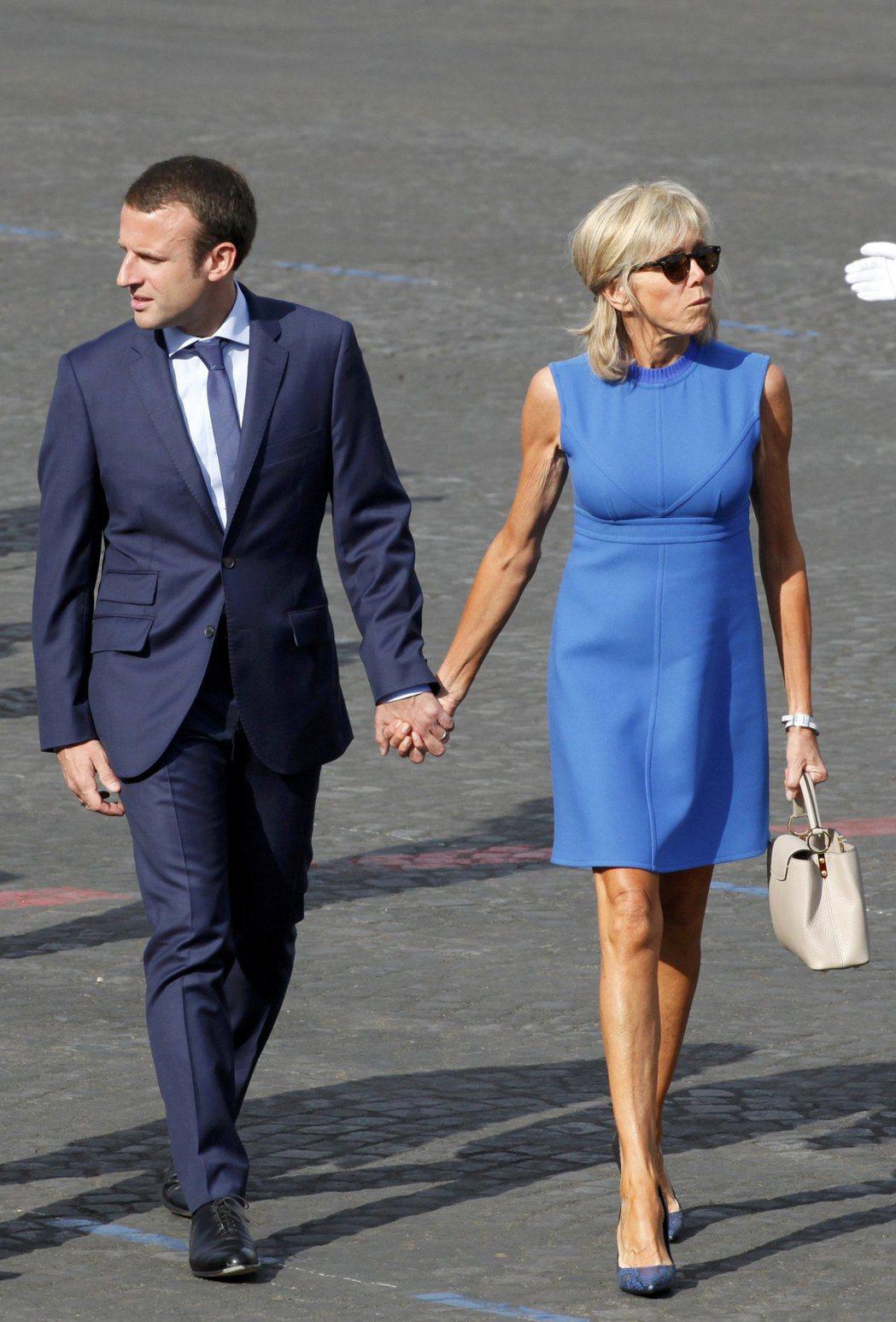 布莉姬在法國國慶日(Bastille Day),穿藍色LV洋裝配同品牌的Capu...