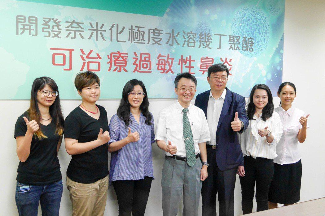 成大過敏及臨床免疫研究中心主任王志堯(右四)指出,「水溶幾丁聚醣」是甲殼素經處理...