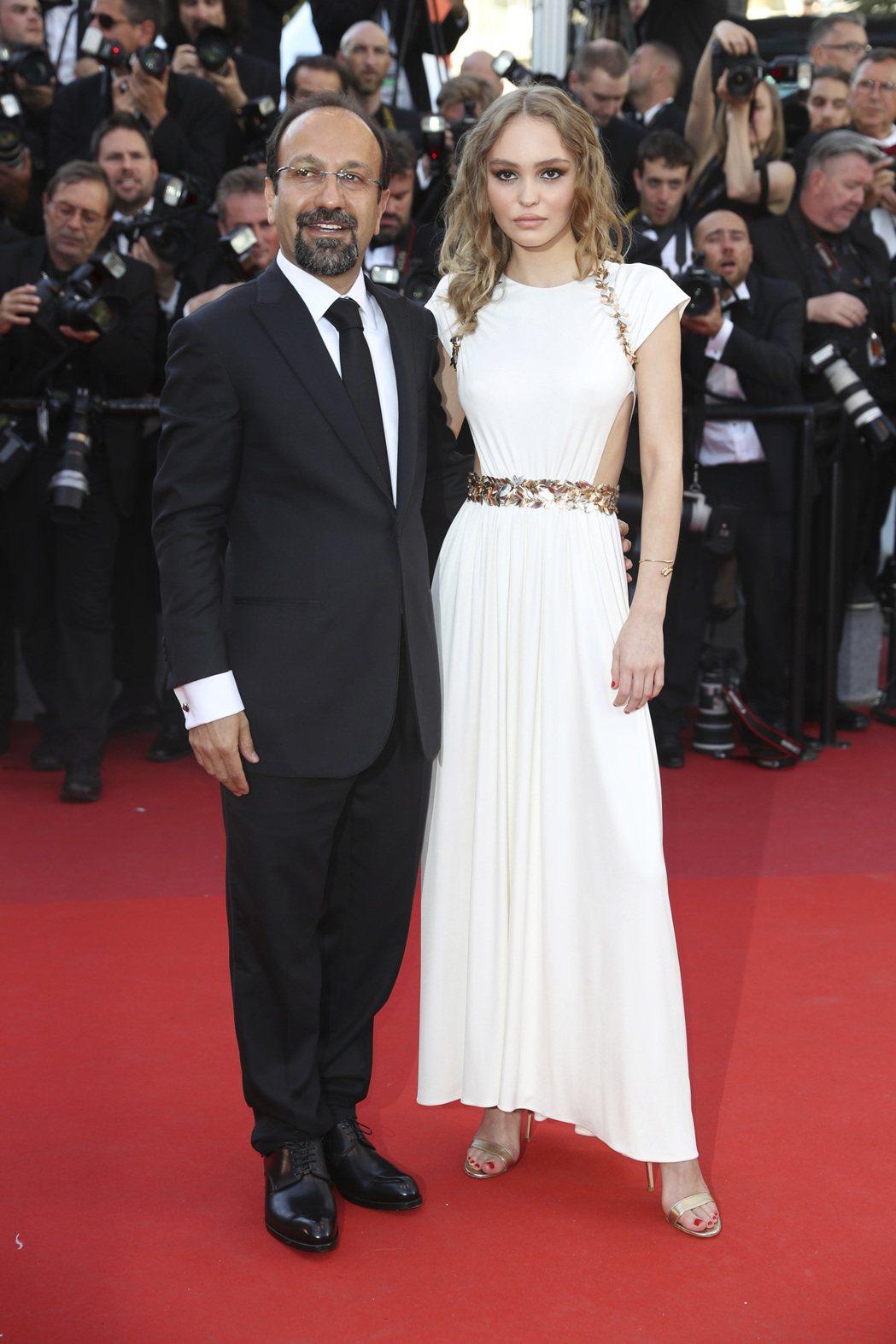 莉莉蘿絲戴普穿著香奈兒2017/18 Cruise度假系列的一襲象牙白禮服,金色...