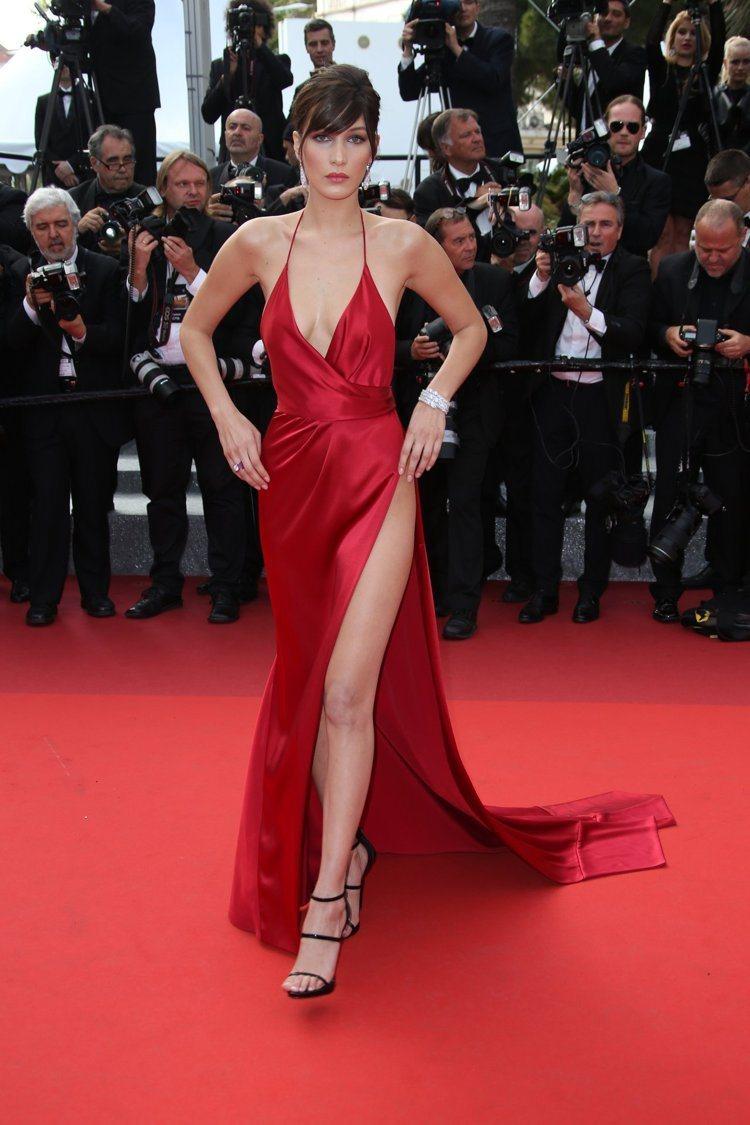 貝拉哈蒂德穿極度艷麗性感的Alexandre Vauthier禮服。圖/美聯社