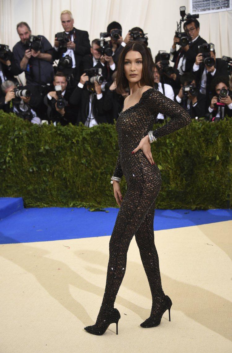 貝拉哈蒂德在今年度Met Gala也穿得很清涼。圖/美聯社