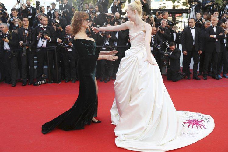 艾兒芬妮穿著Vivienne Westwood為她量身打造的綢緞禮服,裙擺上特別...