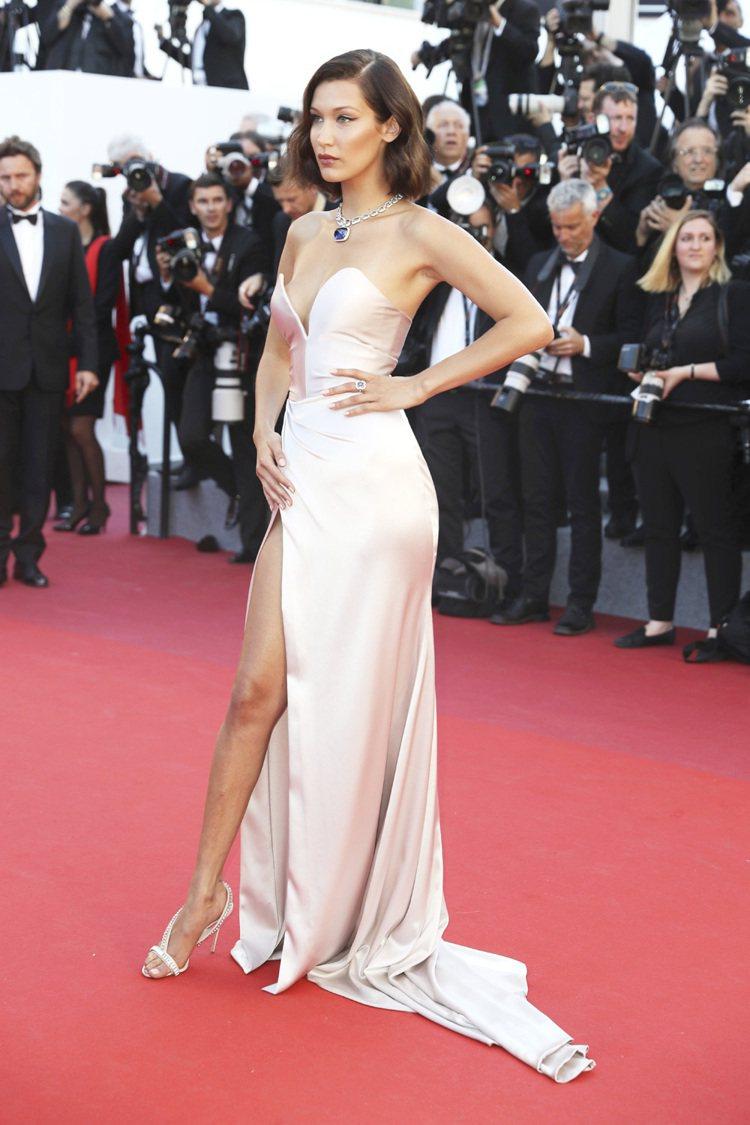 當紅名模貝拉哈蒂德,身穿Alexandre Vauthier的緞面禮服,開高衩的...