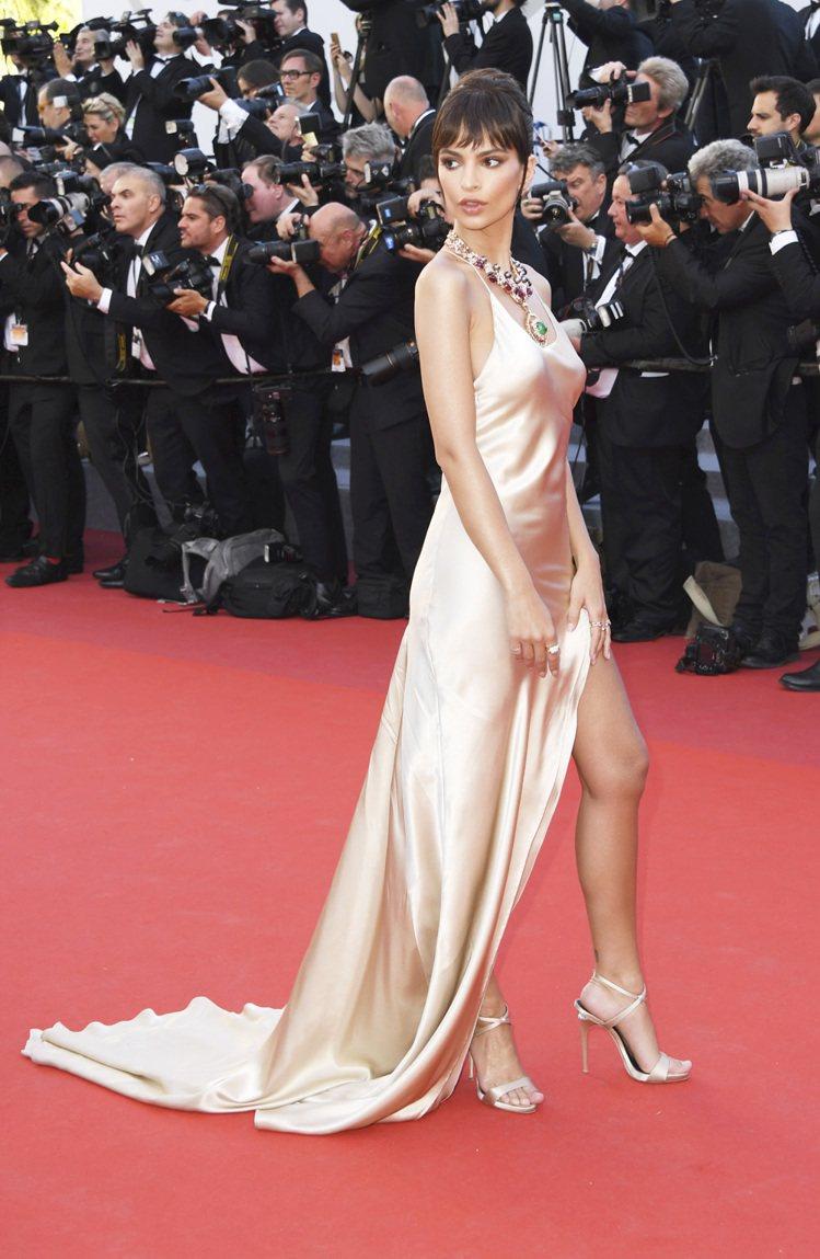 Emily Ratajkowski穿義大利頂級品牌Twin-set的緞面禮服,以...