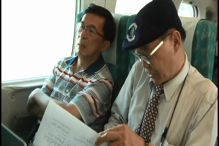 陳水扁去年搭高鐵北上時,記者觀察到在鏡頭前他右手不自主發抖沒停過,但扁一度雙手插...