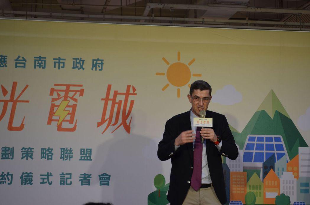 馬和永財務長宣布將在安平店建構台灣首座量販店太陽光電停車棚。陳慧明攝影